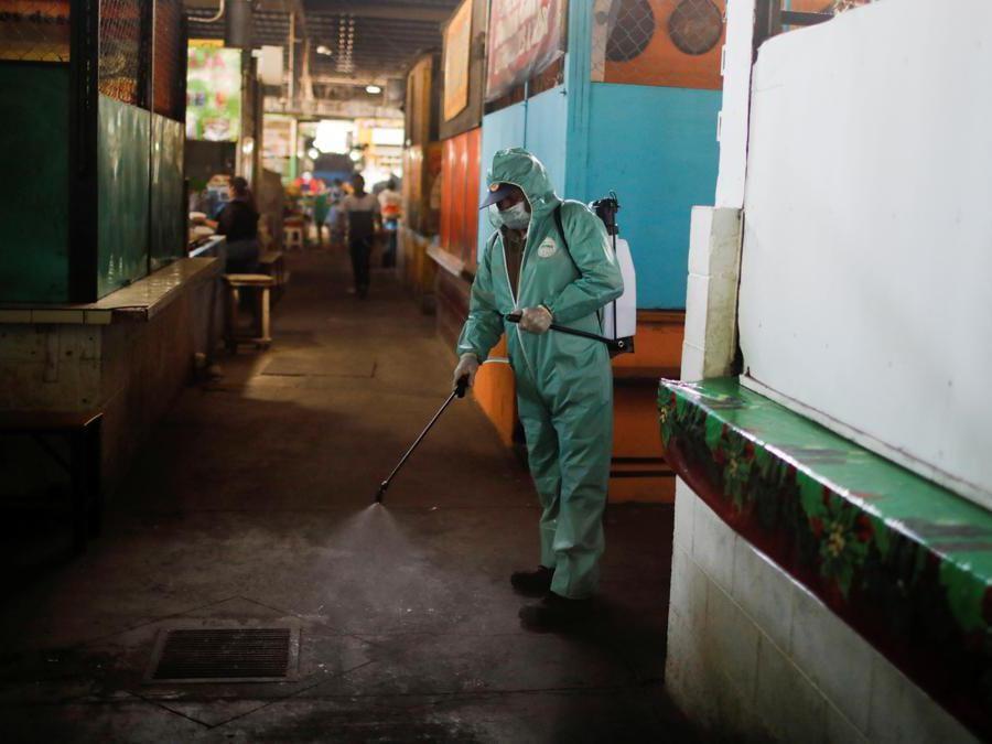 Santa Tecla, El Salvador, un uomo disinfetta l'area di un mercato (REUTERS/Jose Cabezas)