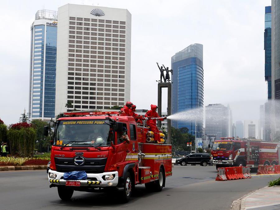 Jakarta, Indonesia, pompieri disinfettano le strade (REUTERS/Ajeng Dinar Ulfiana)