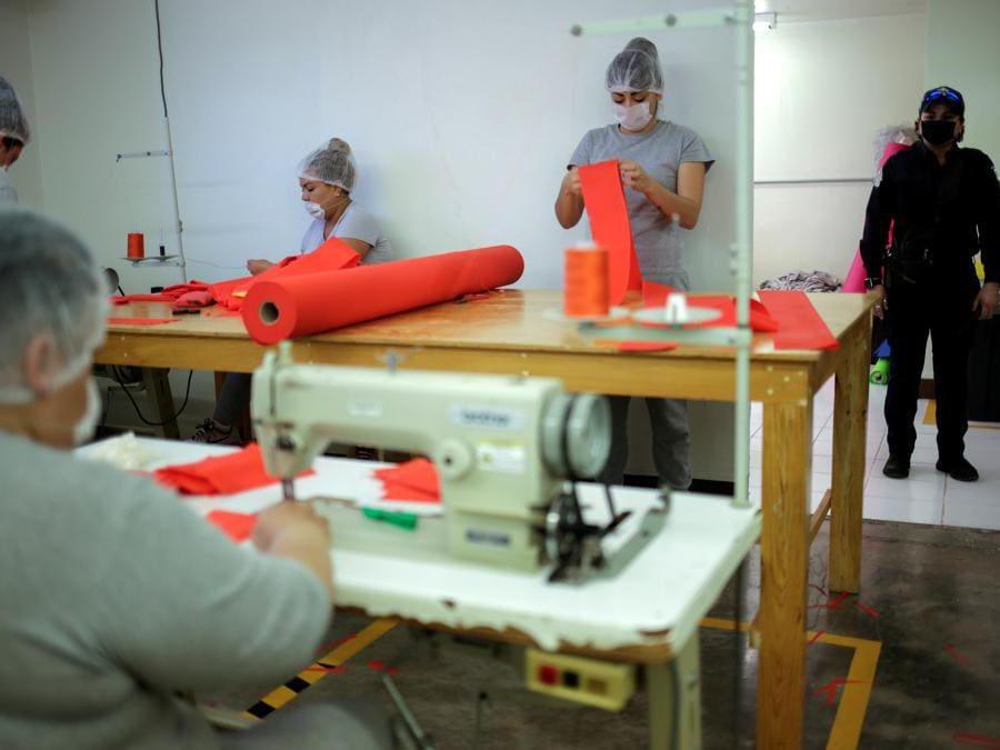 Chihuahua , Messico, detenute confezionano mascherine (REUTERS/Jose Luis Gonzalez)