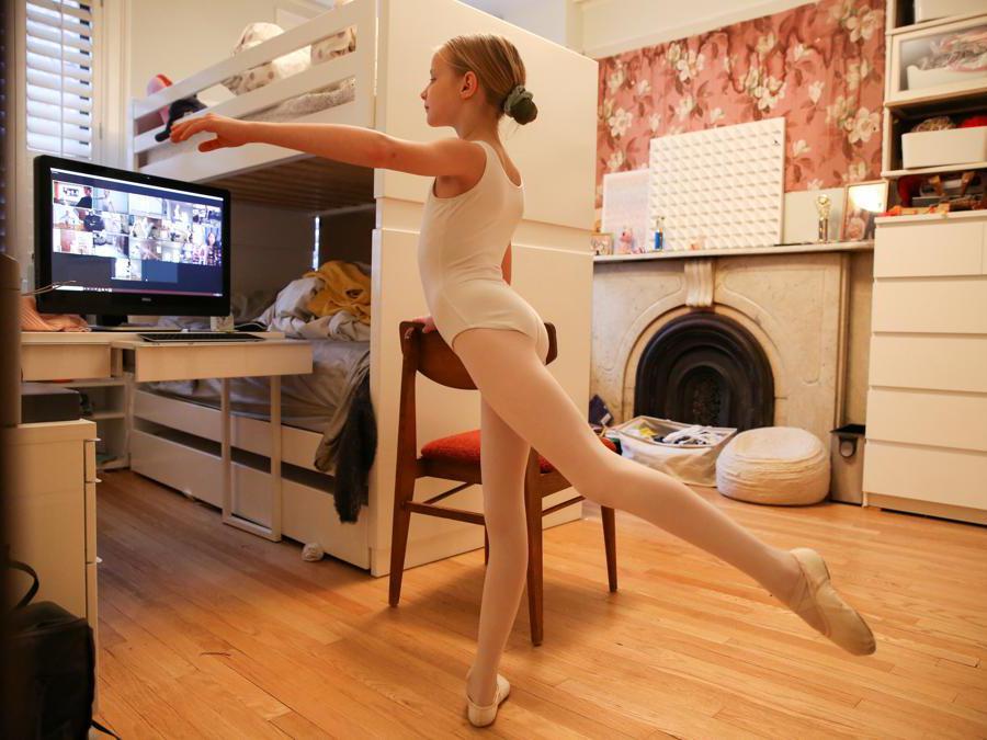 New York, anche la danza si pratica via social (REUTERS/Caitlin Ochs)
