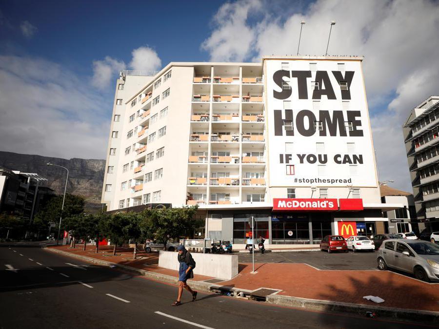 Città del Capo, Sudafrica, un cartello su di un palazzo invita a restare a casa ((REUTERS/Mike Hutchings)