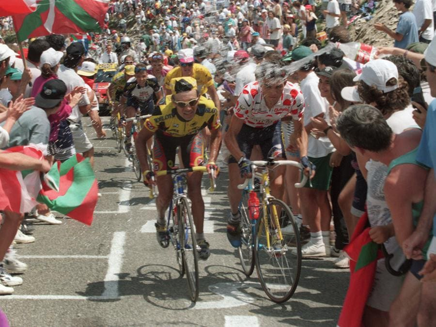 Il francese Richard Virenque (maglia a pios) in salita con il russo  Piotr Ugrumov in una tappa del Tour de France 1996  AFP PHOTO PASCAL PAVANI (Photo by PASCAL PAVANI / AFP)