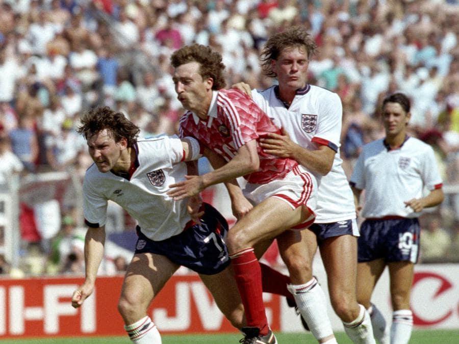 Una gara di calcio di Euro 1988 tra Inghilterra e Unione Sovietica. Da sinistra a destra  Bryan Robson, Sergei Aleinikov, Glen Hoddle e Gary Lineker.