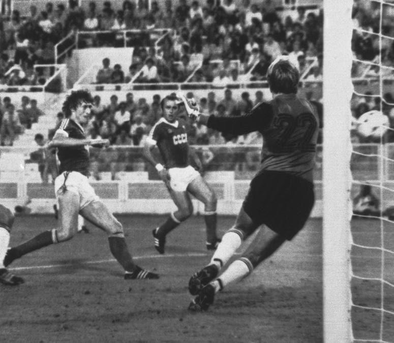 Un gol del calciatore sovietico  Sergei Baltacha (AP Photo)