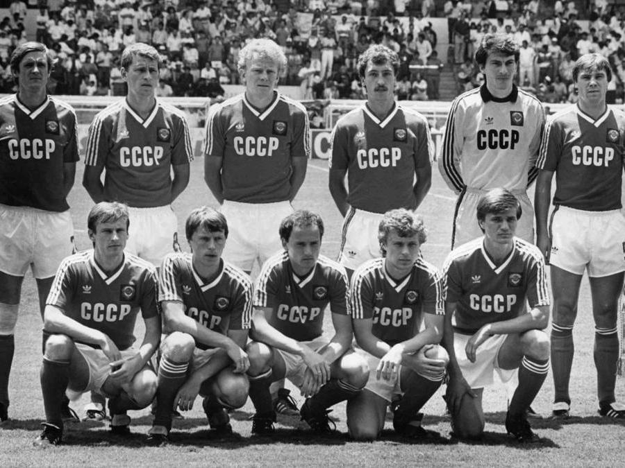 La squadra di calcio dell'Unione Sovietica, ai mondiali di Messico 1986. Da sinistra a destra:   Vladimir Bessonov, Pavel Yakovenko, Oleg Kuznetsov, Sergi Aleinikov, Rinat Dassaiev, Anatoli Demianenko. In prima fila, da sinistra a destra:  Ivan Yaremchuk, Nikolaj Larionov, Igor Belanov, Alexandr Zavarov, Vasili Rats.  (AP Photo/Staff/Lipchitz)