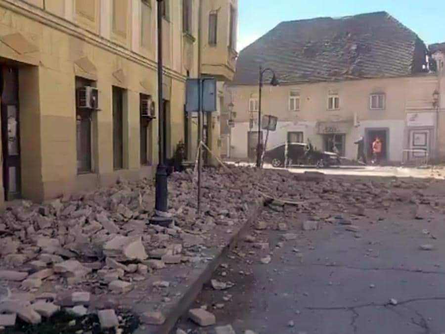 Un frame tratto da un video pubblicato dai media croati su twitter dei crolli a Petrinja, una cinquantina di km a sud di Zagabria, una regione già colpita ieri da scose sismiche. (Ansa /  TWITTER)