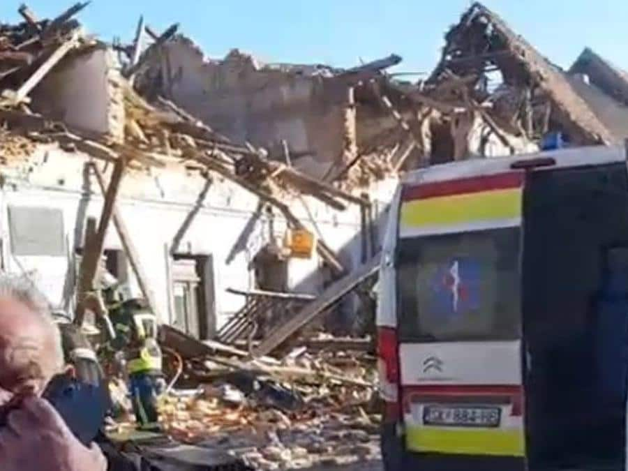 Un frame tratto da un video pubblicato dal Dubrovnik Times dei crolli a Petrinja, una cinquantina di km a sud di Zagabria, una regione già colpita ieri da scose sismiche. (Ansa /  TWITTER/DUBROVNIK TIMES)