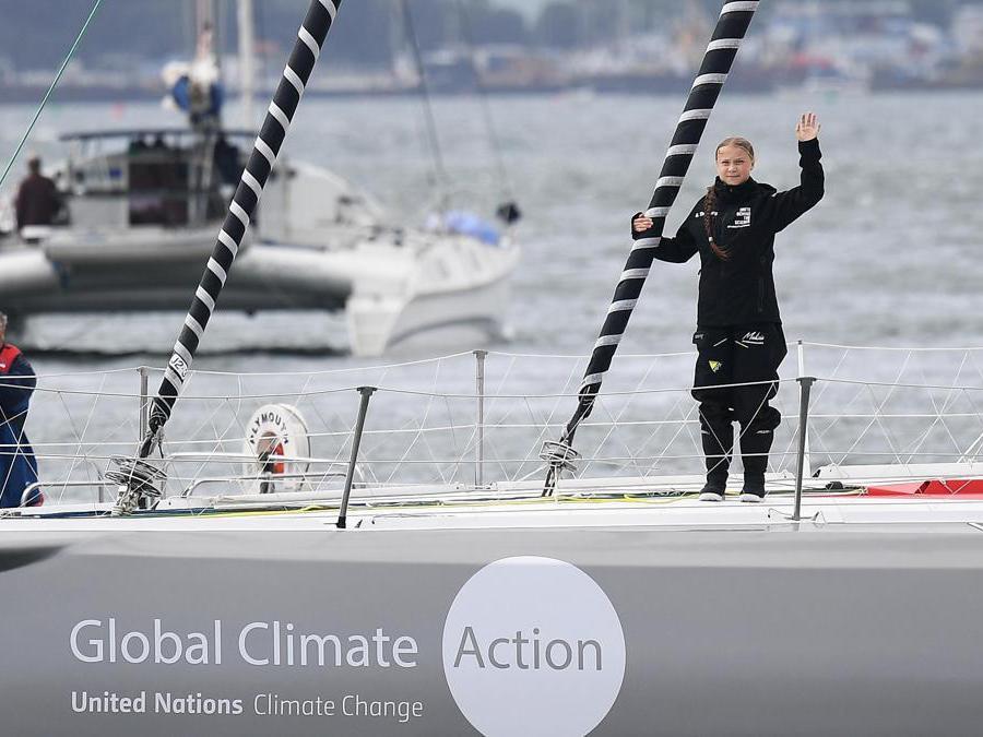 L'attivista svedese Greta Thunberg saluta i sostenitori mentre lascia Plymouth, Gran Bretagna. EPA/ANDY RAIN