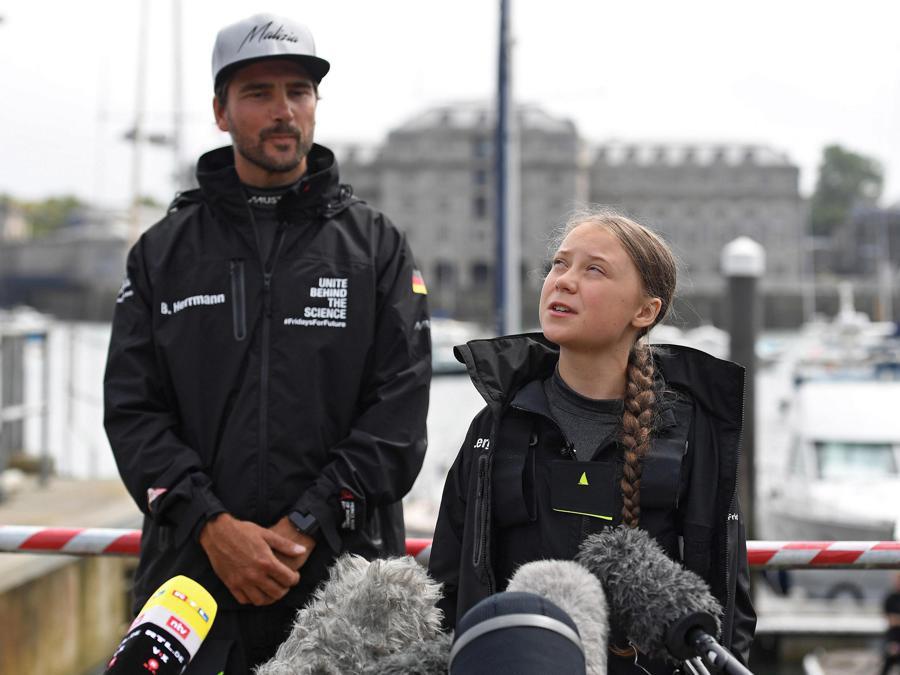 L'attivista svedese Greta Thunberg  parla accanto al velista tedesco Boris Herrmann  ai media durante una conferenza stampa a Plymouth, Gran Bretagna. EPA/ANDY RAIN