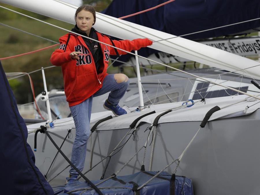 Greta Thunberg sale sulla barca Malizia II mentre è ormeggiata a Plymouth, in Inghilterra . (AP Photo/Kirsty Wigglesworth)
