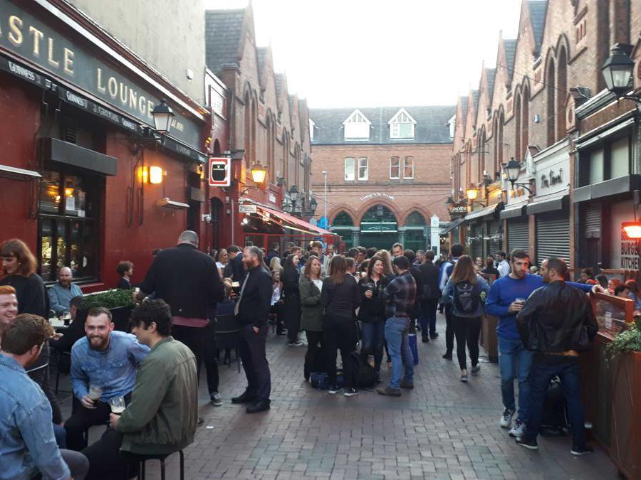 Giovani affollano l'esterno dei pub nel centro storico di Dublino