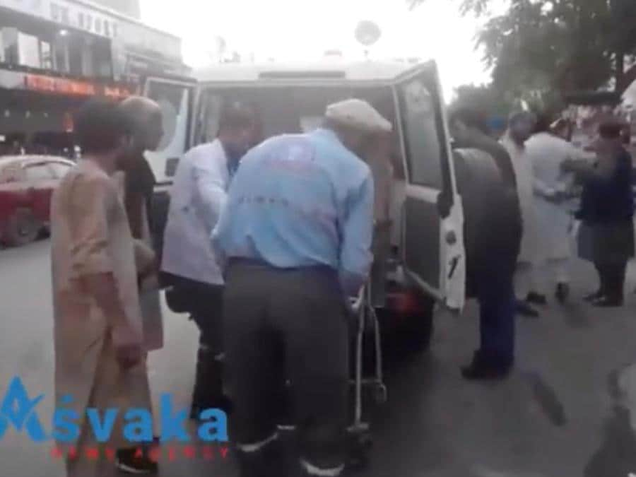 Feriti arrivano all'ospedale di  Kabul (ASVAKA NEWS/via REUTERS)