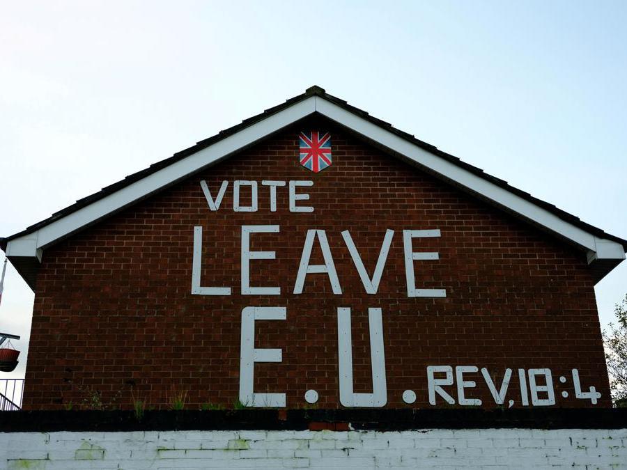 Uno slogan sulla Brexit  sul lato di una casa a Belfast, Irlanda del Nord (Phil Noble/Reuters)
