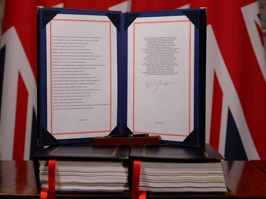 Una foto mostra l'accordo commerciale e di cooperazione tra il Regno Unito e l'UE, , firmato dal primo ministro britannico Boris Johnson ( Andrew Parsons/Epa)