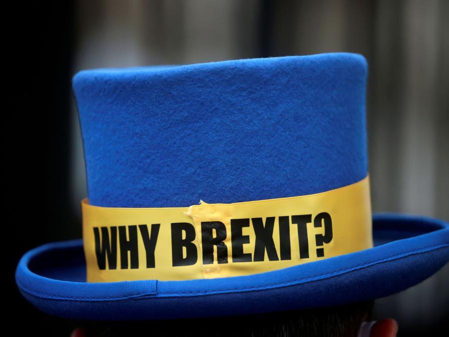 Un cappello   anti-Brexit protester ( Hannah McKay/Reuters)