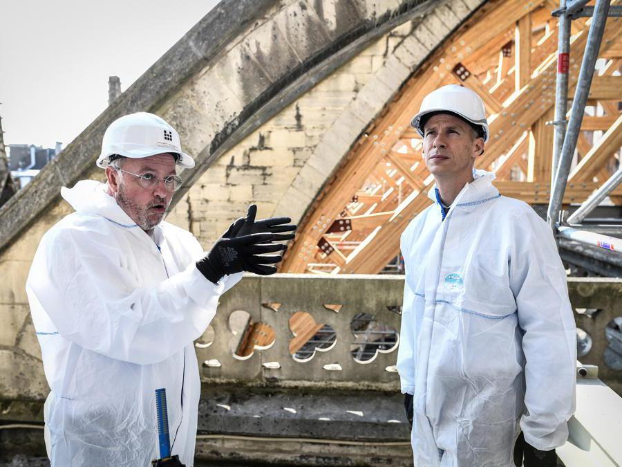 Il Ministro della Cultura francese Franck Riester parla con il capo architetto francese dei siti storici Philippe Villeneuve mentre visitano la Cattedrale di Notre-Dame de Paris durante i lavori di ricostruzione. Stephane de Sakutin/Pool via REUTERS