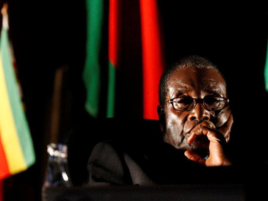 Il presidente dello Zimbabwe, Robert Mugabe, guarda un video di presentazione durante il vertice della Southern African Development Community (SADC) a Johannesburg, il 17 agosto 2008. REUTERS/Mike Hutchings