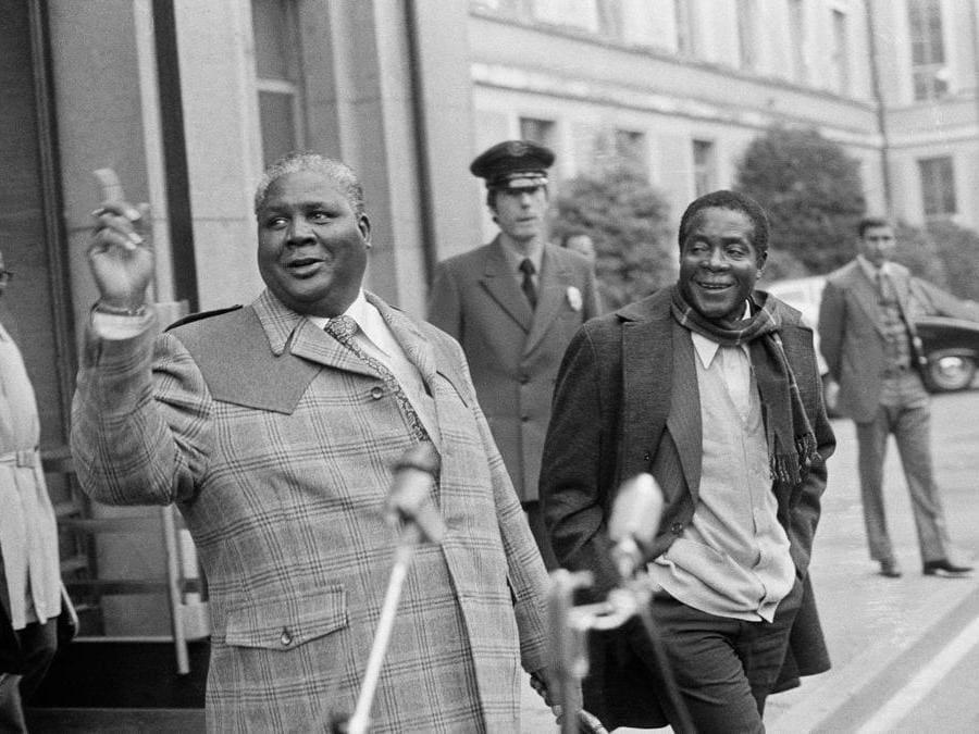 In questa foto di archivio di mercoledì 10 novembre 1976, i leader del Fronte Nazionale Nero Joshua Nkomo, a sinistra, e Robert Mugabe rilasciano dichiarazioni dopo l'incontro informale con il presidente britannico Ivor Richard al Palais of Nations, Ginevra, Svizzera. (AP Photo/Dieter Endlicher, file)