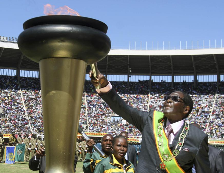 18 aprile 2012. Il presidente dello Zimbabwe, Robert Mugabe, accende la fiamma durante le celebrazioni per celebrare i 32 anni di indipendenza dello Zimbabwe, ad Harare. (AP Photo/File)