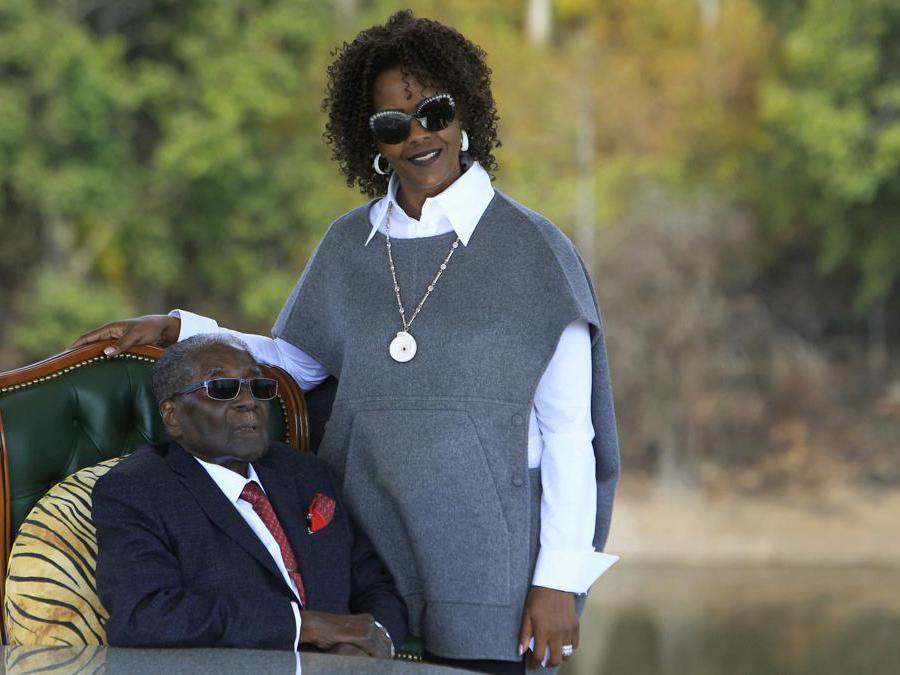 29 luglio 2018. Robert Mugabe e la moglie Grace. (AP Photo/Tsvangirayi Mukwazhi, File)