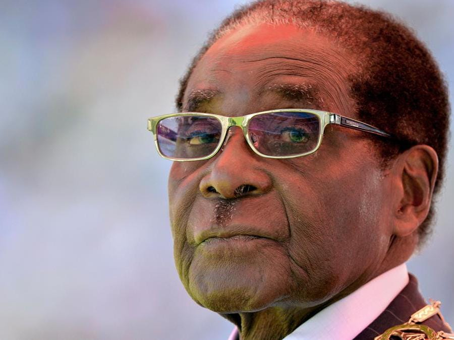 Robert Mugabe in una foto del 22 agosto 2013. (Photo by ALEXANDER JOE / AFP)