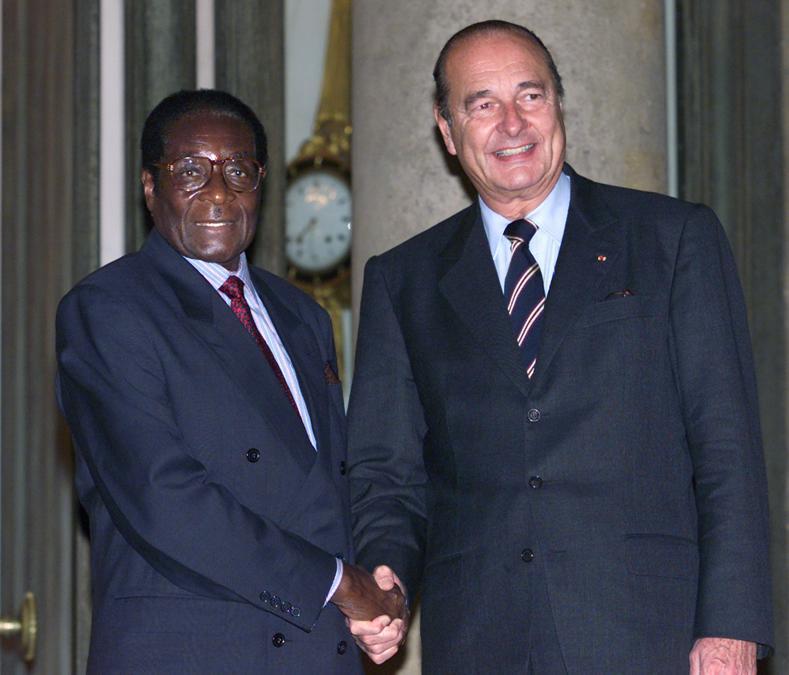 Il presidente francese Jacques Chirac (destra) saluta il presidente dello Zimbabwe Robert Gabriel Mugabe (sinistra) al Palazzo dell'Eliseo a Parigi, Francia, 28 ottobre 1999. REUTERS/John Schults/File Picture