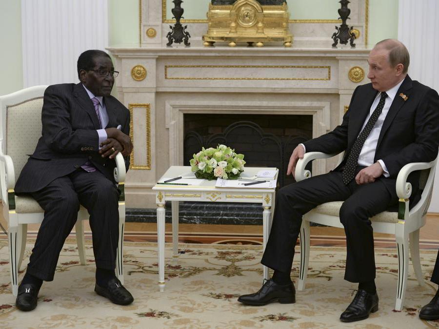 Il presidente russo Vladimir Putin (destra) incontra il suo omologo dello Zimbabwe Robert Mugabe al Cremlino di Mosca, Russia, 10 maggio 2015. REUTERS/RIA Novosti/Kremlin