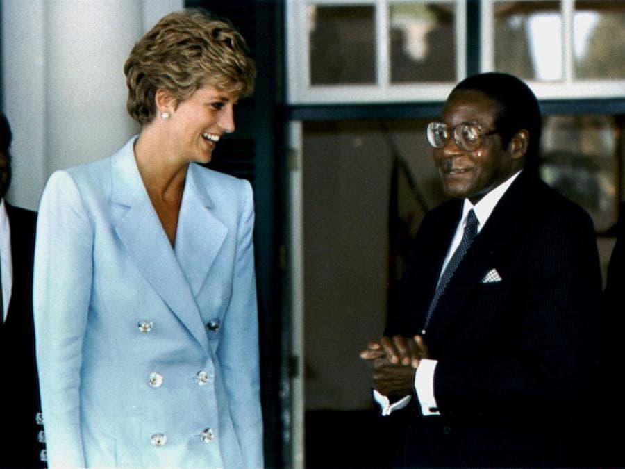 La principessa del Galles Diana Spencer parla con il presidente dello Zimbabwe Robert Mugabe presso la casa di stato di Harare, il 10 luglio 1993. REUTERS/Howard Burditt/File Photo