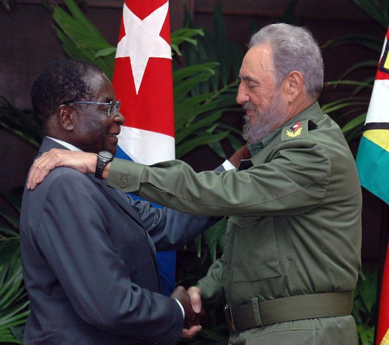 Il presidente cubano Fidel Castro (destra) stringe la mano al presidente dello Zimbabwe Robert Mugabe (sinistra) presso il Palazzo della Rivoluzione a L'Avana, Cuba, 12 settembre 2005 . EPA/Alejandro Ernesto EPA/ALEJANDRO ERNESTO