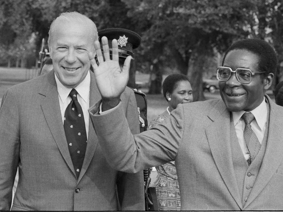 12 settembre 1983. Il Segretario di Stato americano George Shultz, a sinistra, e  Robert  Mugabe a Washington. (AP Photo/Bob Daugherty, file)