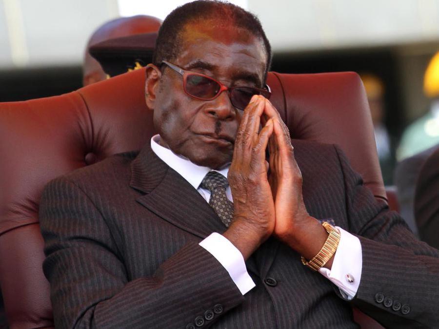 Una fotografia  del 14 aprile 2011 mostra il presidente dello Zimbabwe Robert Mugabe al National Heroes Acre di Harare, Zimbabwe . EPA/AARON UFUMELI