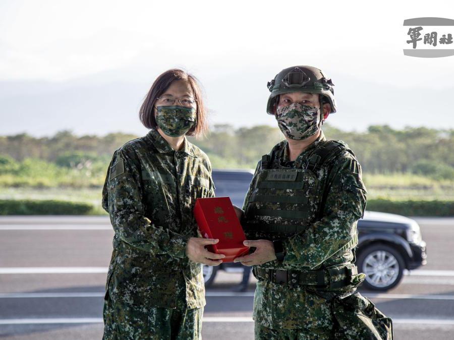 Il president Tsai Ing-wen (a sinistra) (EPA/TAIWAN MILITARY NEWS AGENCY)