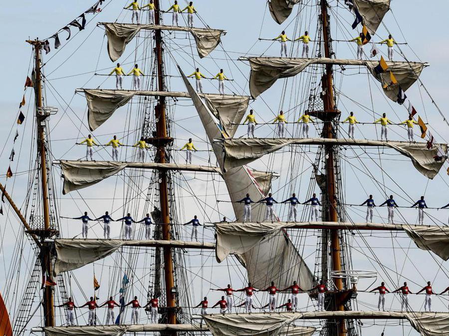 """L'equipaggio della nave colombiana """"Gloria"""" (Epa / Filip Singer)"""