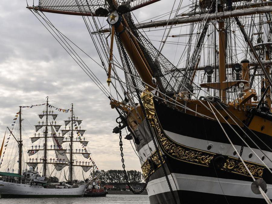 """La nave colombiana """"Gloria"""", a sinistra e la nave italiana """"Amerigo Vespucci""""  (Epa / Filip Singer)"""