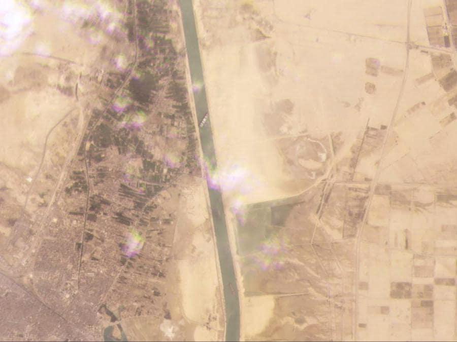 Questa immagine satellitare di Planet Labs Inc. mostra la nave cargo MV Ever Given bloccata nel Canale di Suez vicino a Suez, in Egitto . Una nave portacontainer tra le più grandi al mondo ha virato lateralmente e bloccato tutto il traffico nel Canale di Suez in Egitto, i funzionari hanno detto mercoledì 24 marzo 2021, minacciando di interrompere un sistema di spedizione globale già messo a dura prova dalla pandemia di coronavirus. (Planet Labs Inc. via AP)