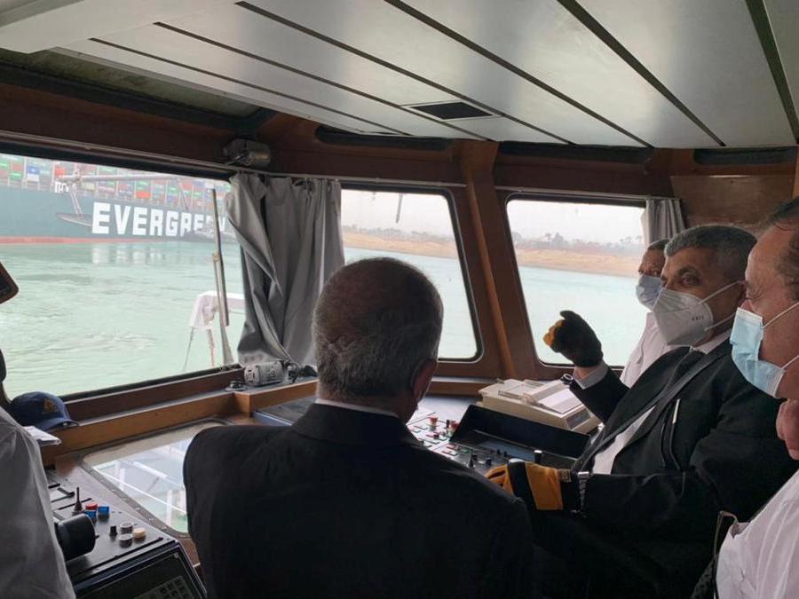 I funzionari monitorano una nave portacontainer che è stata colpita da un forte vento e si è arenata nel Canale di Suez, in Egitto  (Suez Canal Authority/Handout via REUTERS )