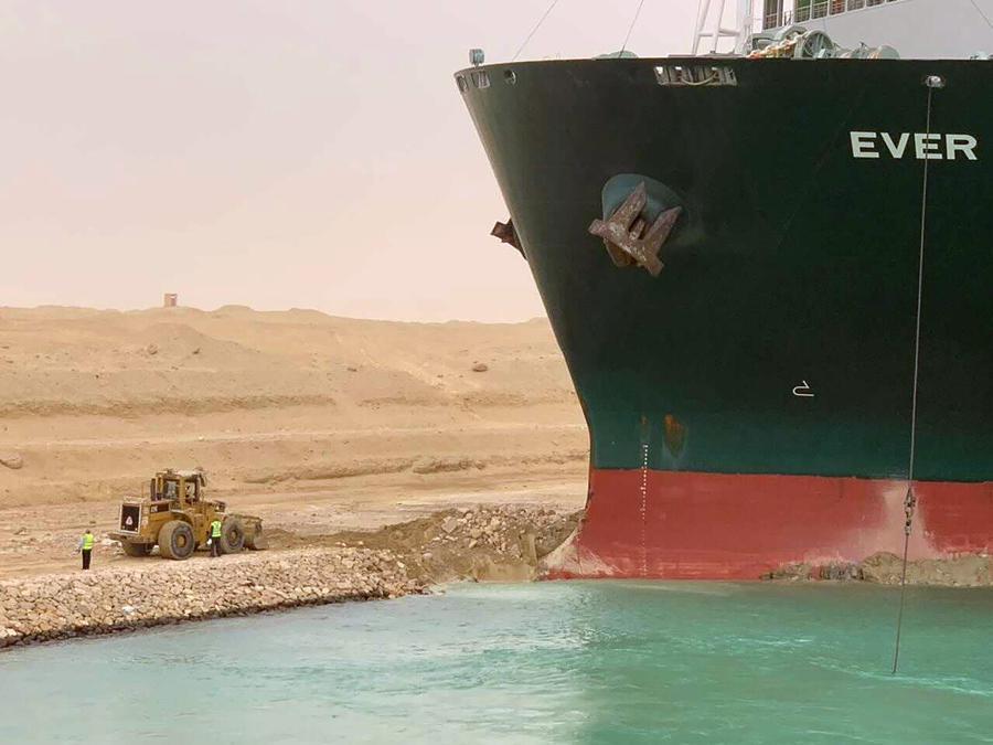 In questa foto rilasciata dall'Autorità del Canale di Suez, una nave da carico, chiamata Ever Green, si trova con la prua conficcata nel muro mercoledì 24 marzo 2021, dopo aver svoltato di lato nel Canale di Suez in Egitto, bloccando il traffico in un cruciale est- Via navigabile occidentale per spedizioni globali. Un funzionario egiziano ha avvertito mercoledì che potrebbero essere necessari almeno due giorni per liberare la nave. (Suez Canal Authority via AP)