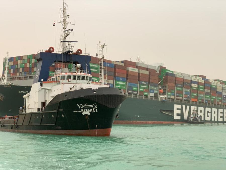 Una foto di dispensa rilasciata dall'Autorità del Canale di Suez il 24 marzo 2021 mostra la MV Ever Given (Evergreen) di proprietà di Taiwan, una nave lunga 400 metri (1.300 piedi) e larga 59 metri, alloggiata lateralmente e ostacolando tutto traffico attraverso il corso d'acqua del Canale di Suez in Egitto. - Una gigantesca nave portacontainer si è incagliata nel Canale di Suez dopo che una raffica di vento l'ha portata fuori rotta, ha detto l'operatore della nave il 24 marzo 2021, interrompendo il traffico marittimo lungo una delle rotte commerciali più trafficate del mondo.(Photo by - / Suez CANAL / AFP)