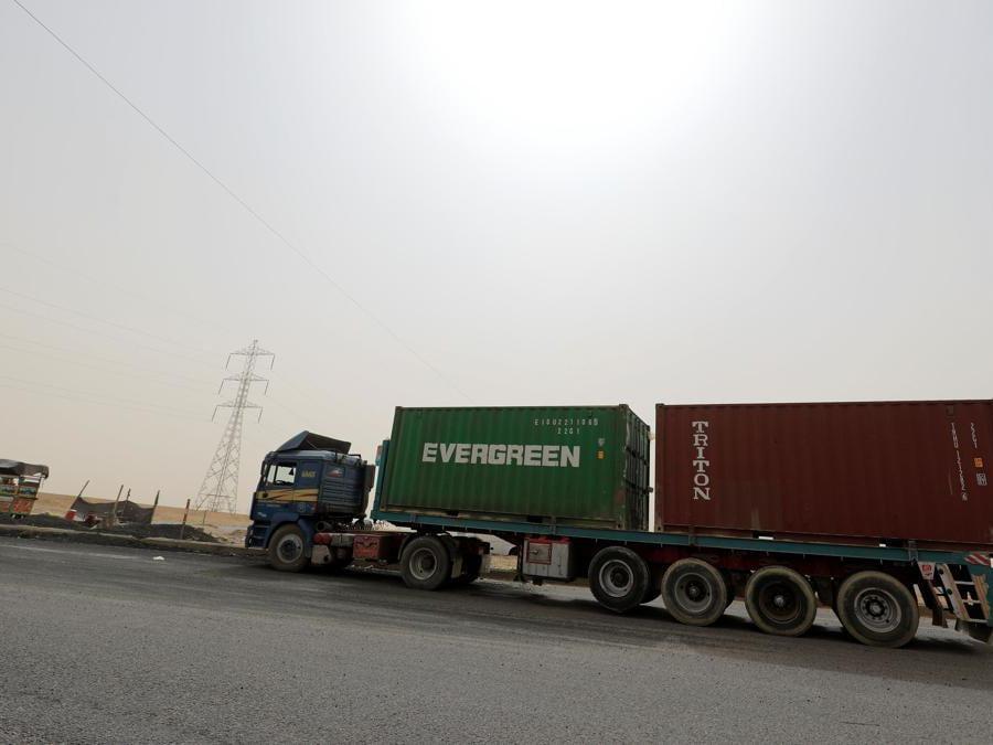 Un camion che trasporta contenitori Evergreen, attende di passare attraverso il cancello principale del porto di El Ain El Sokhna al Canale di Suez, Egitto. (REUTERS/Amr Abdallah Dalsh)