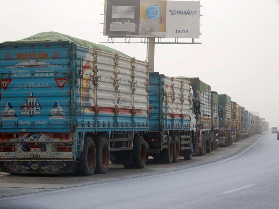 Camion in attesa di passare attraverso il cancello principale del porto di El Ain El Sokhna al Canale di Suez in un tempo polveroso, Egitto. (REUTERS/Amr Abdallah Dalsh)