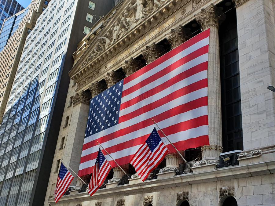 La facciata del New York Stock Exchange è stata tappezzata da un'enorme bandiera americana stesa in orizzontale. Come a dire: ce la faremo: L'America ce la farà anche questa volta.