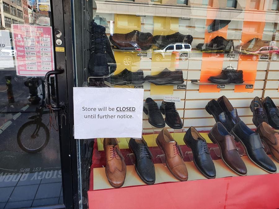 Un negozio di scarpe lungo la 6Th Avenue, chiuso a tempo indeterminato