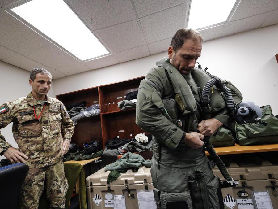 Vestizione piloti di caccia F35 italiani impiegati nell'operazione NATO Northern Lightning, Keflavik (ISL) 10 Ottobre 2019. ANSA/GIUSEPPE LAMI