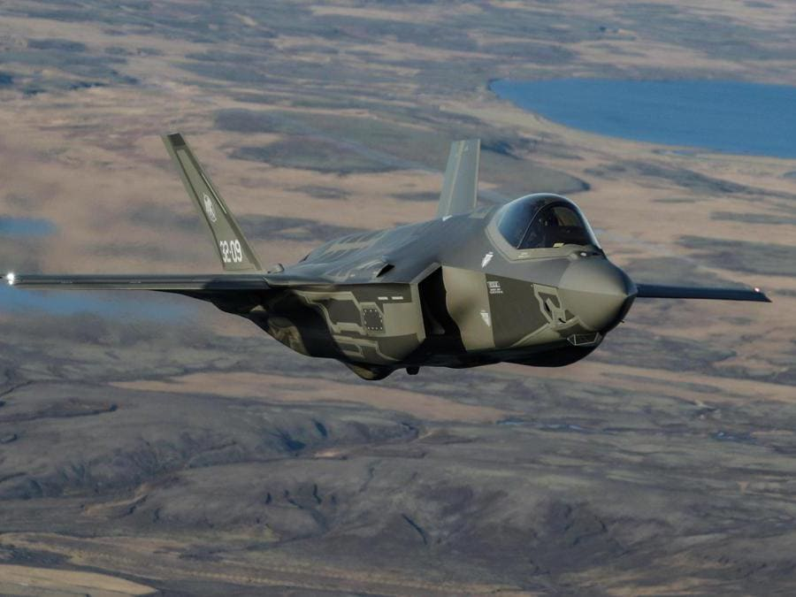 Caccia F35 italiani in volo sopra l'islanda impiegati nell'operazione NATO Northern Lightning, Keflavik (ISL) 10 Ottobre 2019. ANSA/GIUSEPPE LAMI