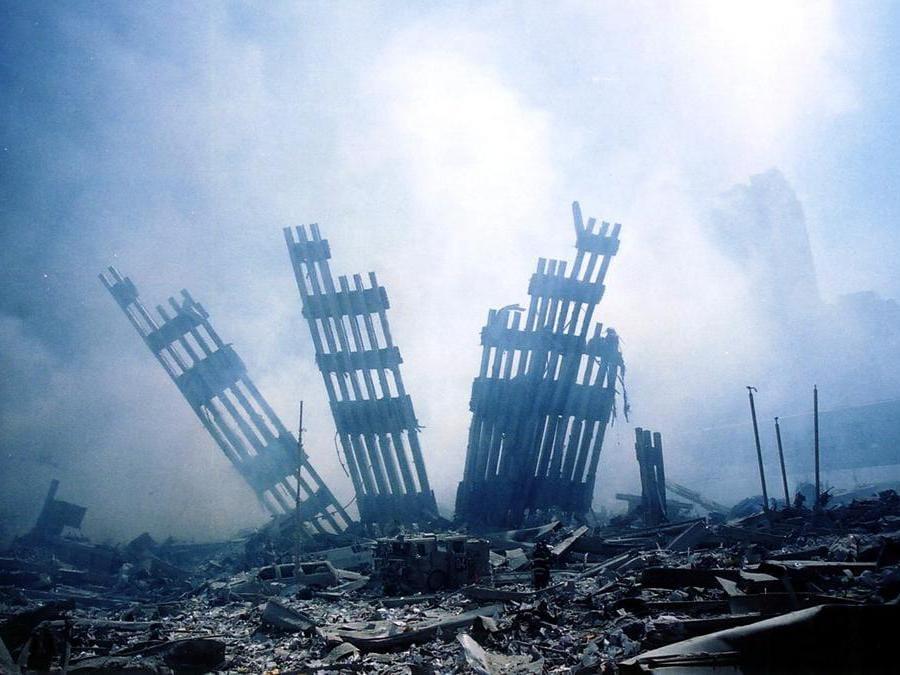 Le macerie delle torri gemelle del World Trade Center che bruciano a seguito di un attacco terroristico a Manhattan. (Photo by Alexandre Fuchs / AFP)