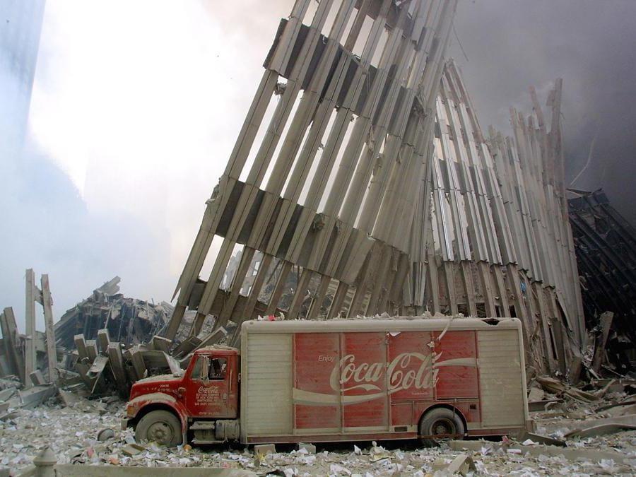 Un camion della Coca Cola in mezzo alle macerie delle torri gemelle.  (Photo by Doug Kanter / AFP)