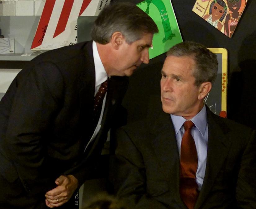 Il presidente degli Stati Uniti George W. Bush ascolta il capo dello staff della Casa Bianca Andrew Card che lo informa di un secondo aereo che ha colpito il World Trade Center. Bush stava conducendo un seminario di lettura presso la scuola elementare Emma E. Booker, a Sarasota, in Florida. (Reuters / Win McNamee)
