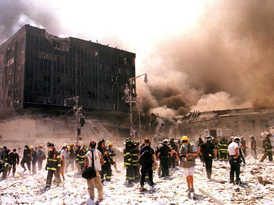 Vigili del fuoco e altro personale di emergenza combattono l'incendio dopo il crollo del World Trade Center a New York. (Reuters / Stringer/File Photo)