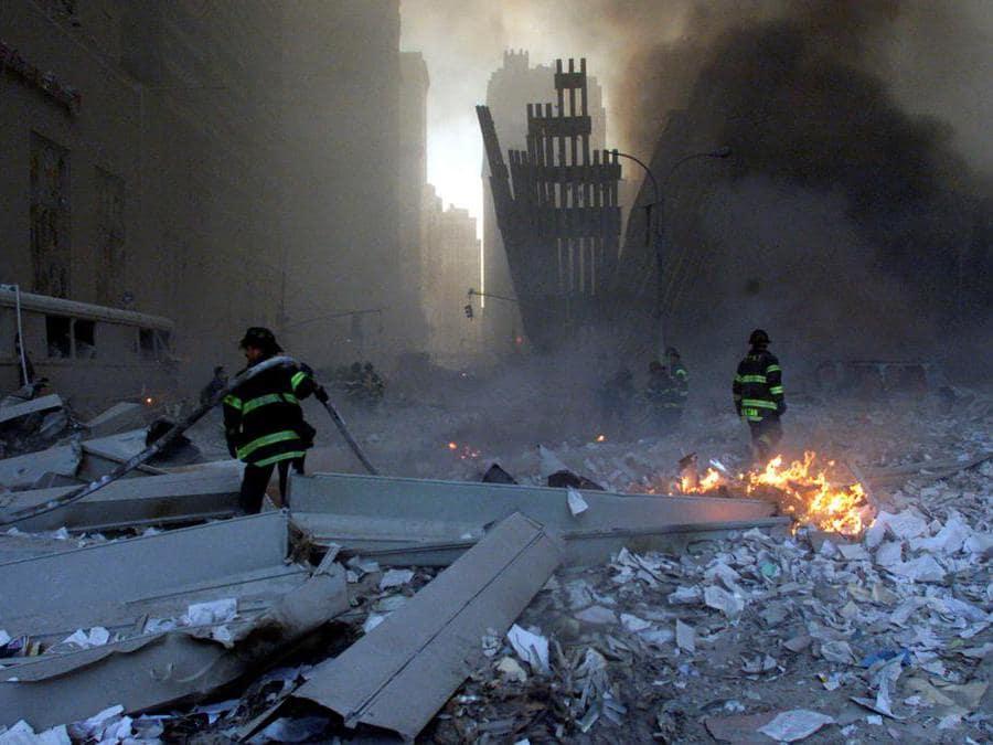 I vigili del fuoco lavorano intorno alle macerie delle torri. (Reuters / Peter Morgan)
