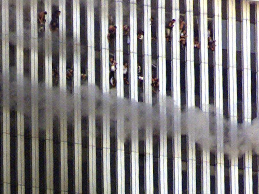 La gente guarda fuori dalla torre nord in fiamme del World Trade Center a New York City. (Reuters / Jeff Christensen)